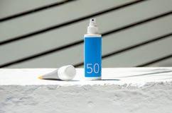 Crema cosmética del cuidado de piel del paquete de la botella, botella bl ULTRAVIOLETA de la pantalla de Sun Imagen de archivo