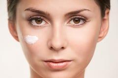 Crema cosmética del factor del SPF en cara Cara hermosa de la muchacha del cuidado ULTRAVIOLETA imagen de archivo