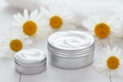 Crema cosmética herbaria de la dermatología con la loción del balneario de la vitamina de la manzanilla foto de archivo