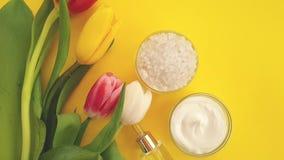 Crema cosmética, verano del tulipán en un fondo metrajes
