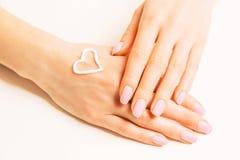 Crema d'idratazione su una mano femminile fotografia stock libera da diritti