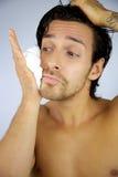 Crema de afeitar de destrozo del hombre fresco en su cara Imagen de archivo libre de regalías
