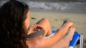 Crema de aplicación adolescente joven hermosa del bloque del sol