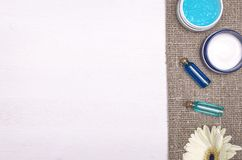 Crema de cara, flor blanca del gerbera y aceite esencial del azul Accesorios del baño Spa Terapia del aroma Imagen de archivo libre de regalías
