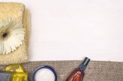 Crema de cara, flor blanca del gerbera y jabón hecho a mano sólido Accesorios del baño Spa Terapia del aroma Fotos de archivo libres de regalías