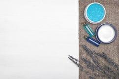 Crema de cara, flor de la lavanda y aceite esencial del azul Accesorios del baño Spa Terapia del aroma Foto de archivo libre de regalías