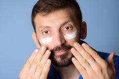 Crema de cara para los hombres fotos de archivo libres de regalías