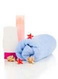 Crema de la protección solar y toalla de baño Fotos de archivo