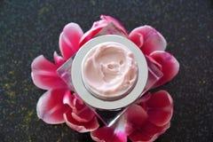 Crema dei cosmetici in un barattolo fotografia stock