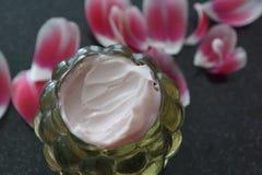 Crema dei cosmetici in un barattolo immagine stock