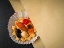 Crema del aire de la arena, bayas y tortas de las nueces imágenes de archivo libres de regalías