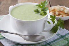 Crema del bróculi con los cuscurrones y el perejil Imagen de archivo