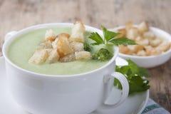 Crema del bróculi con los cuscurrones y el perejil Foto de archivo