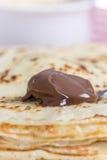 Crema del chocolate en la cuchara con el fondo borroso Imagen de archivo libre de regalías