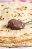 Crema del chocolate en la cuchara con el fondo borroso Fotos de archivo libres de regalías