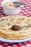 Crema del chocolate en la cuchara con el fondo borroso Imagen de archivo