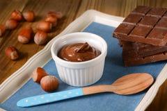 Crema del cioccolato della nocciola in ciotola bianca fotografia stock libera da diritti