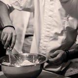 Crema del cocinero del cocinero en el cierre de la cocina para arriba imagen de archivo libre de regalías
