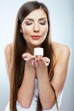 Crema del cosmético del control de la mujer Modelo hermoso de los jóvenes de la cara Fotos de archivo libres de regalías