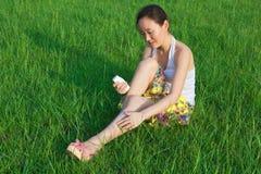 Crema del daub della donna nel campo fotografie stock libere da diritti