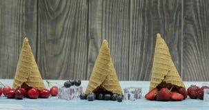 Crema del gelato alla frutta e della bacca Mirtillo, fragola, ciliegia in un cono della cialda video d archivio