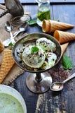 Crema del ghiaccio in scaglie del cioccolato della menta Immagini Stock