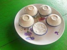 Crema del latte di cocco in piccola tazza della porcellana Fotografia Stock Libera da Diritti
