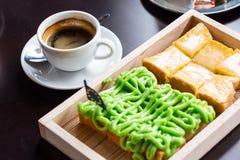 Crema del pane sul piatto e sul caffè di legno fotografie stock libere da diritti