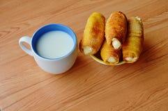 Crema del panino e tazza di riempimento del latte fotografia stock