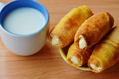 Crema del panino e tazza di riempimento del latte fotografia stock libera da diritti