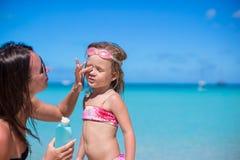 Crema del sole di protezione del bambino Immagini Stock Libere da Diritti