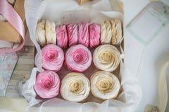 Crema delicata e caramelle gommosa e molle rosa, imballate in scatole di carta kraft Immagine Stock