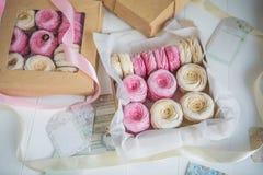 Crema delicata e caramelle gommosa e molle rosa, imballate in scatole di carta kraft Immagine Stock Libera da Diritti