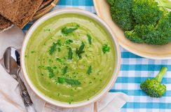 Crema deliciosa del bróculi Aspecto casero y rústico Incluye el pan fresco del bróculi y de centeno foto de archivo