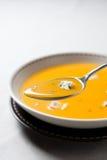 Crema della minestra della zucca con formaggio blu immagini stock
