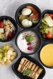 Crema della minestra della zucca, pollo e verdure cotte a vapore, pasto pronto per nutrizione adeguata e dieta equilibrata immagine stock libera da diritti