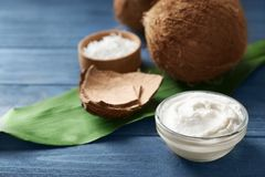 Crema della noce di cocco in ciotola fotografia stock libera da diritti