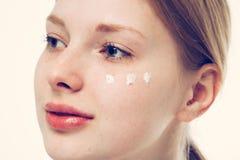 Crema della pelle della radura di problema della donna della ragazza del ritratto Fotografie Stock Libere da Diritti