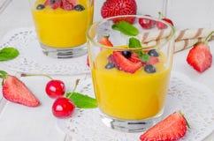 Crema della vaniglia con le bacche fresche fotografia stock