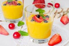 Crema della vaniglia con le bacche fresche immagini stock libere da diritti