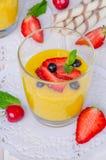 Crema della vaniglia con le bacche fresche fotografie stock libere da diritti