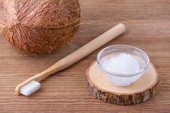 Crema dental del aceite de coco, alternativa natural para los dientes sanos, cepillo de dientes de madera Foto de archivo libre de regalías