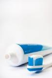 Crema dental en un cepillo de dientes con un tubo Foto de archivo