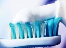 Crema dental en un cepillo, macro Imágenes de archivo libres de regalías
