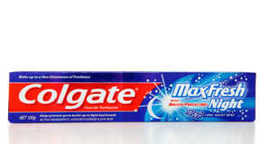 Crema dental fresca máxima de la fórmula de la noche de Colgate Fotografía de archivo libre de regalías