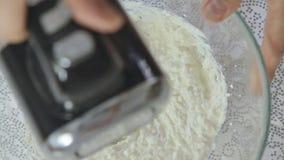 Crema di fabbricazione e mescolantesi in ciotola di vetro trasparente archivi video