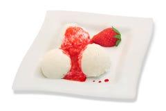 Crema di gelato alla vaniglia con le fragole Fotografia Stock