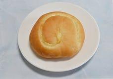 Crema di riempimento del pane sul piatto fotografia stock