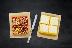 Crema e dolce affettati delle fragole Fotografia Stock