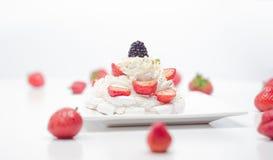 Crema e prugna leggere del dessert con le fragole, mirtilli Immagini Stock